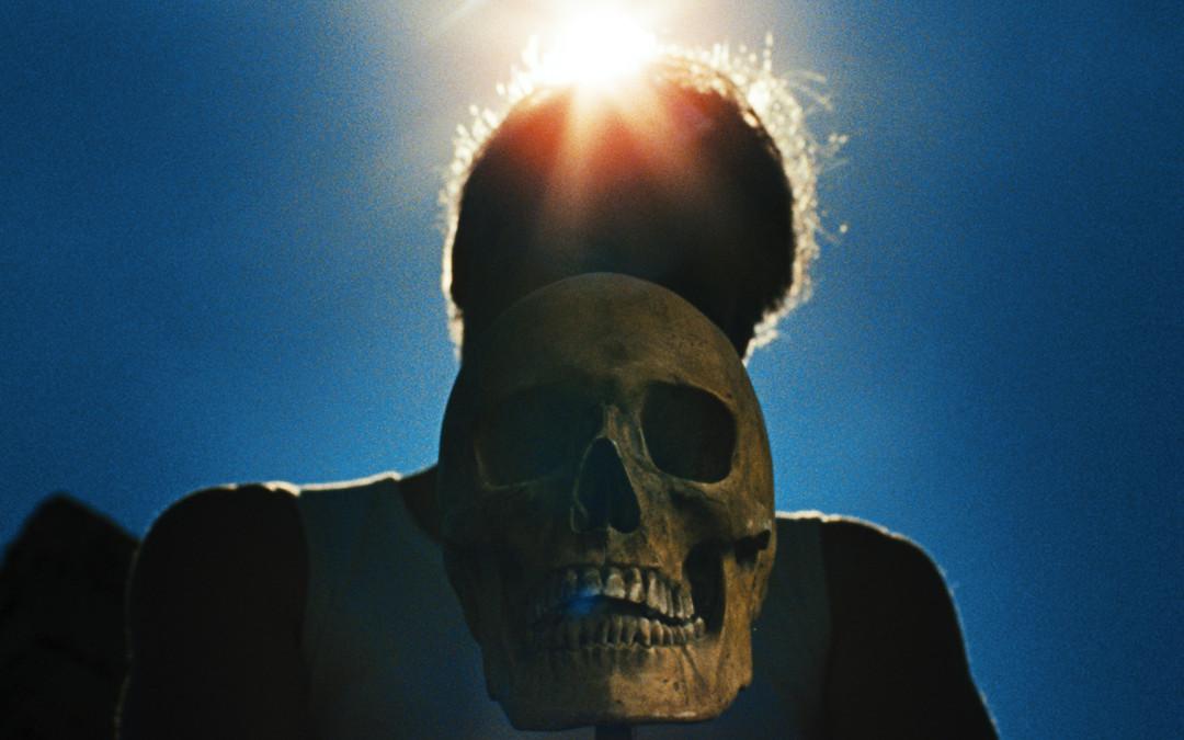«De nombreuses séquences allégoriques élevent LAISSEZ BRONZER LES CADAVRES au rang d'un film mystique proche de «El Topo» d'Alejandro Jodorowsky» – Horreur.com